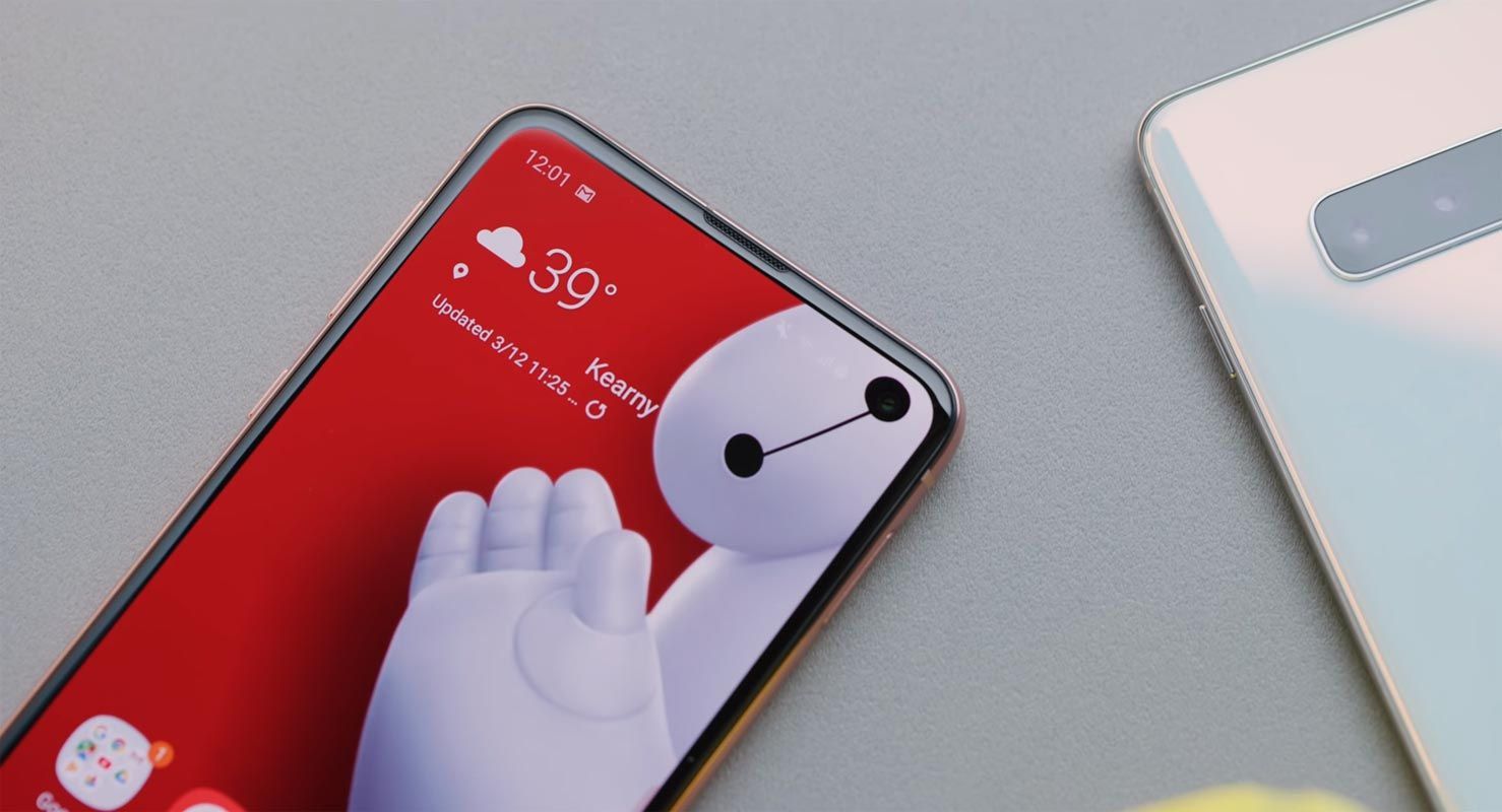 Samsung-Galaxy-S10e-With-Baymax-Wallpaper.jpg
